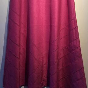 Varetype: Maxi Farve: Pink Oprindelig købspris: 2600 kr.  Jaeger bluse og nederdel i 100% linen.Meget flot sæt som også kan bruges hver for sig .UK 14 /USA 12 Blusen: Brystmål  104 cm Længde 56 cm Nederdel:længde 100cm Taljemål 86 cm Hofte mål 132 cm