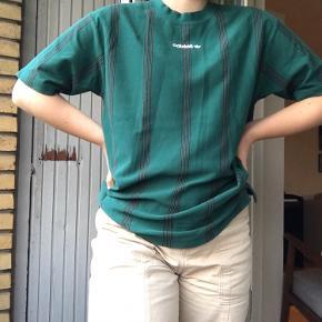Lækker Adidas t-shirt i en str Medium✨ Har en pæn mørkegrøn farve med striber af 3 sort/hvid striber. 64% bomuld:)  Bud er velkomne🌼