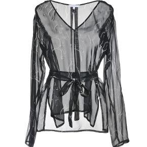 Fin sort (med hvidt mønster) transparant silkebluse. Brugt 2 gange. (Italiensk str 40 som svarer til 36 / S.) Se også mine andre annoncer.