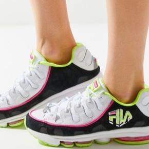 Hvide sneaks med sort, pink & lime farvede detaljer i str. 37,5 (Passes også af 37) Model Silva trainer Dem i 38-38,5 - r solgt! Hæl bagpå ca 3 cm og sål foran ca 2 cm. Sælges nu for langt under 1/2 pris Hvis afhent 275,-