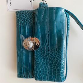 Hvisk bæltetaske, som jeg ikke har fået taget i brug, og derfor sælges med prismærke og beskyttelsesindpakning.  Prisen er ikke til forhandling 💙  OBS: mål fremgår af det ene billede i annoncen.