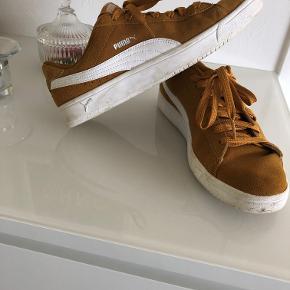 Puma Sneakers i karrygul str. 41. Brugt en gang.  Nypris kr. 449,- Sælges afhentet eller plus porto for kr. 100,-