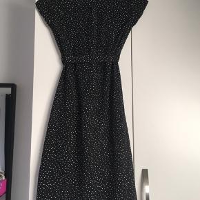 Sort kjole med bindebond og hvide prikker fra VRS junior  Str 140 Skriv bp for flere billeder