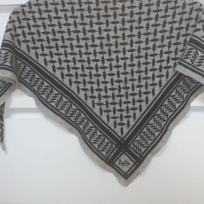 Sælger dette mega fine tørklæde fra lala berlin. Tørklædet er en str.small. Der er en enkel plet på tørklædet men ikke noget man ligger mærke til, derud over er der ingen huller på det. For ny koster tørklædet 1800 kroner, jeg sælger det for omkring 800 kroner men ellers BYD💗✨
