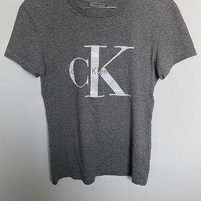 Grå t-shirt med stort Calvin Klein logo. Skriv privat for flere billeder og detaljer. Prisen kan forhandles. 3 for 2 på hele min profil