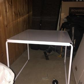 Sødt metal bord kan bruges til stuebord, sengebord eller hvad man ellers har behov for. Kom med bud - skal bare af med den. Afhentning Nørrebro. 49 x 49 cm.