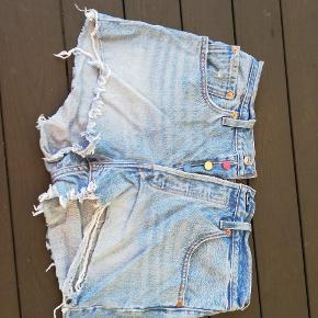 Shorts fra Levi's i model 501, str. W30 i flot stand. Brugt højest få gange.  Jeg har flere flotte jeans og shorts fra Levi's og Diesel til salg.  Lige nu: Ved køb af shorts eller jeans fra Levi's, kan der (GRATIS!) vælges et ubegrænsEt antal af varer i min shop, der koster 49 kr. eller mindre!  30 Levis shorts 501 Levi's W30 blå