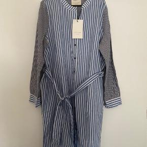 Super flot kjole med bindebånd, helt ny med mærke.  Fast pris og bytter ikke