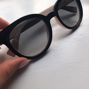 Helt nye Fendi solbriller. Aldrig blevet brugt. Ingen brugstegn.  Sælger med original pudseklud, etui og certifikat.   Model nr. kan ses på sidste billede.   Bytter ikke. Køber betaler fragt. Sender kun med DAO. Mp er 1500kr.