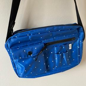 Lækker Mads Nørgaard crossbody taske i den store model. Meget rummelig og praktisk. Købt for 600 kr i Mads Nørgaard butikken i Århus. Tager gerne imod bud.