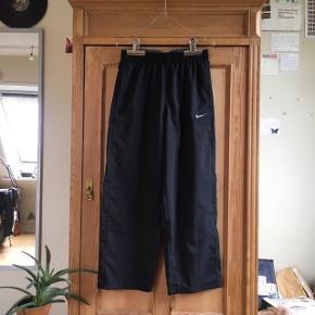 Sorte træningsbukser fra Nike i størrelse M. Byd endelig!