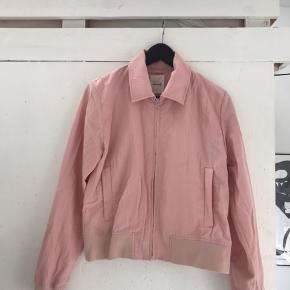 Fin Rosa jakke fra Wood Wood - den er brugt og har derfor slitage i ærmerne.