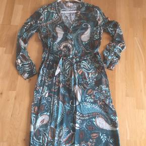 Brugt en gang så er som ny Så smuk kjole i lækre farver Jeg bytter ikke