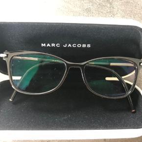 Super flot Marc Jacobs brillestel i sølv og sort. Brilleglassene har styrke og skal derfor skiftes. Er købt i Profil Optik og er under et år gamle, og glassene kan skiftes der.  Stellet har ingen ridser. Kvittering haves. Her er muligheden for at få et billigt brillestel, der ellers koster 1900,- Giv et bud:)