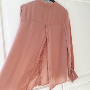 Skjorte fra Samsøe & Samsøe i str. s, med åben slids på ryggen.  Materiale 100 % silke.  Hentes i Roskilde eller sender med DAO mod betaling af fragt.  #30dayssellout