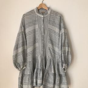 H&M trend kjole i str m. Brugt, men fremstår pæn.  Kan afhentes i Ørestad eller sendes på købers regning.