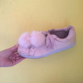Fin lyserød sko købt i USA. Brugt 2 gange. Pelsen kan fjernes. Lidt brugsspor på snuden af skoene. Ift. Str. Jeg bruger 40-41 normalt (f.eks 40 2/3 i Adidas og 41 i dr. Martens)