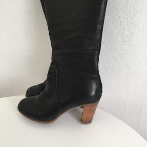 Sorte lækreste læder Sofie Schnoor støvler. Skinnet er utrolig blød og lækker.  8,5 centimeter hæle. Lynlås bagved. Nypris kr2200. Brugte men har mange kilometer i sig endnu.  Grundet ryg operation sælges disse dejlige støvler ☺️