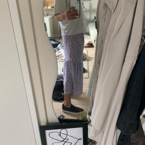 Sælger denne her kjole, da jeg personligt synes den er lidt for lang.   Str. S + aldrig brugt  Byd gerne! 💜💜