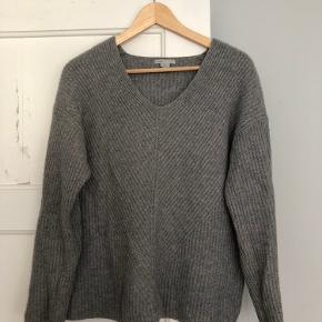 Lysegrå kashmirsweater fra H&M premium quality. Den er købt sidste år, og jeg har været glad for den. Nu skal den videre. Superblød og varm. Fejler ingenting. Den har en lidt oversize pasform. Kan bruges af S og M.