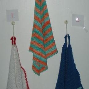 Varetype: HåndklæderStørrelse: Ca 46x46 Farve: Flere Denne vare er designet af mig selv.  De koster 55 Kr. Stk. :-)  Det variere lidt efter hvilke tykkelse de er hæklet i hvad str. de er, spørg på hver enkelt ved interesse.