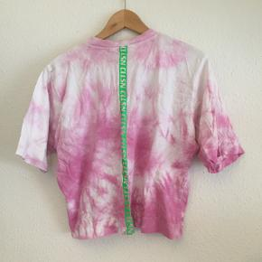 T-shirt i batik i rosa og pink nuancer.