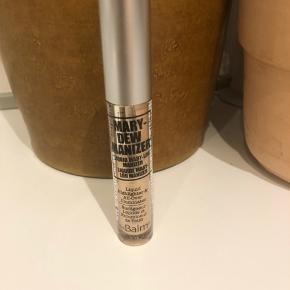 Flydende gylden highlighter fra The Balm Cosmetics, Mary-Dew Manizer.  Kun prøvet på en enkelt gang