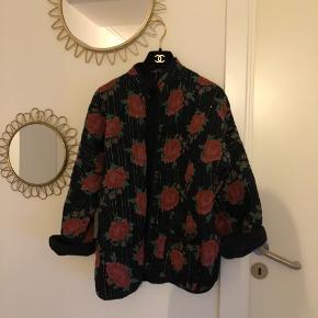 Smukkeste vintage jakke med roser sælges. Den er købt i Jerome Vintage til 1200kr, og sælges til 800kr. Ingen størrelseslabel i, men den passer henholdvis en str. S og M.