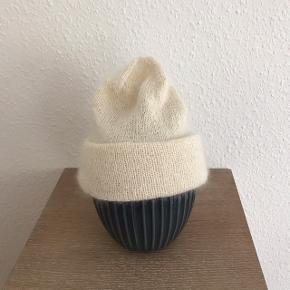 Hjemmestrikket hue i silk mohair og alpaka, lækker blød.  Str. Small, passer hovedestørrelse 55-56 cm. Porto 20kr med postnord