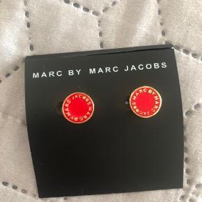 """Disse """"Marc by Marc Jacobs"""" ørestikker er helt nye, de er aldrig blevet brugt! De er røde og guld. Det en gave, som jeg ikke får brugt og derfor sælges de. Ny pris er 400-450kr, men de sælges for 150 kr inkl. fragt.  Kontakt: 29318072"""