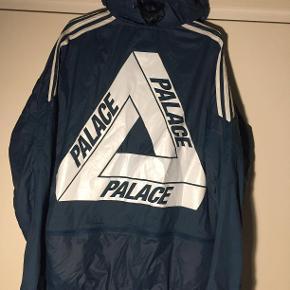 Hej! Jeg sælger min rigtig flotte Palace jakke, det er en model: Palace x Adidas Jacket Surf Petrol. Det er en størrelse Medium. Den er brugt meget lidt, og har egentlig bare hængt på mit tøjstativ.  Jeg sælger den til 875 kr. Hvis du har nogle spørgsmål til jakken, så spørg løs og jeg svarer hurtigst muligt  Tjek gerne mine andre annoncer ud for en masse billige ting.