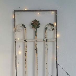 Gammel fransk jern skodde til dekoration.  Med den helt rigtige patina. Lyskæde medfølger. M. batterier. Målet 30×120 cm