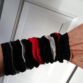 Fine bløde og tynde håndledsvarmere fra Eva og Claudi. 100 % uld. One size. Aldrig brugt.