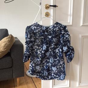 """Smuk bluse med puf. Passer også 36/38 i """"oversize"""". Aldrig brugt. Ved køb af flere ting sælges til en samlet (billigere) pris."""