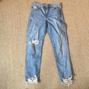 Mom jeans, aldrig brugt. Sælges da de er købt i for lille en størrelse.   Størrelse 36.