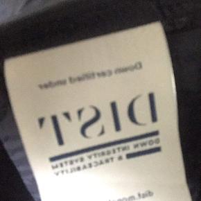 Sælger her med min moncler cardigan cont 9,5 har dsv ik kvit da den er blevet væk men kan bevis den er ægte vis der skulle være nogle som er i tvivl