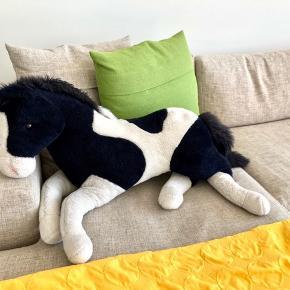 Hesten har stået til pynt. Den er blevet passet godt på.  Afhentes.  Farve: Sort og hvid.  Se også mine andre annoncer ;)