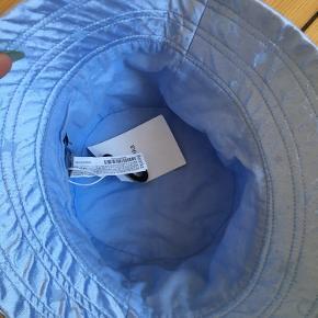 Berskha bøllehat i lyseblå satin. Helt ny. One size.  Måler ikke varen eller sender flere billeder.