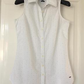 Varetype: skjorte Størrelse: 2 Farve: Hvid  Tommy Hilfiger broderet top str 2 svare til en lille small  1/2 Brystvidde : 44 cm  Ryglængde : 66 cm  100 % Bomuld  Ved Ts handel betaler køber gebyr på 5 %