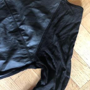 """""""Læder"""" foran og sort lidt gennemsigtigt tyndt stof bagpå - så fed, men får den ikke brugt så den skal videre 😘"""