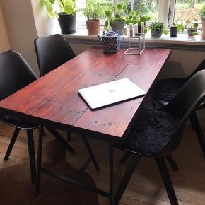 Hjemmelavet træbord fremstår i rigtig fin stand. Gode solide planker. Bordben er købt i Ikea og fungerer, men kan vippe lidt - derfor kan disse evt. skiftes ud til billige penge.   De 4 stole sælges også. Kan købes hver for sig eller samlet til en god pris