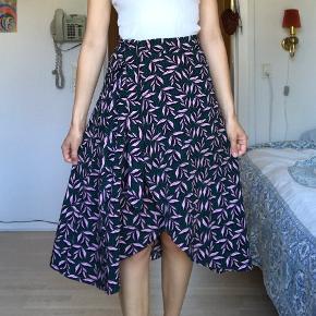 Smuk wrap nederdel fra Monki.  Str 36, men taljen kan justeres.  Farverne ses bedst på det sidste billede.
