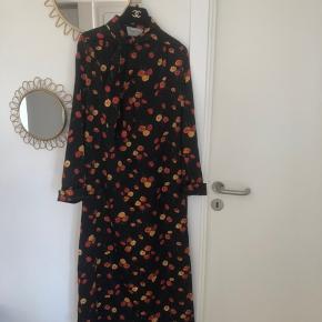 SMUK vintage Dior kjole sælges. Falder så fint på. Kjolen har enkelte overfladiske trådudtræk (se fx sidste billede), men intet af betydning. Rigtig god stand taget alder i betragtning. Materiale er polyester. Ingen størrelseslabel i, men den vil passe en str. S og M.