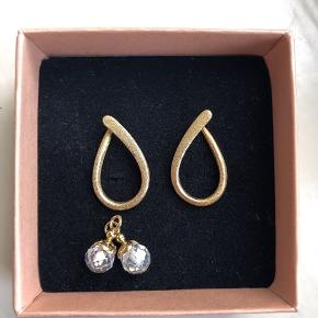 Smukke Spinning øreringe i forgyldt sølv med vedhæng. Kan bruges enten med eller uden vedhæng. Sælges ikke seperat.  Køber betaler fragt - Sender med DAO