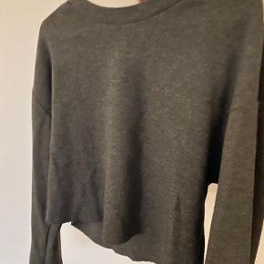 Crop top sweatshirt .  Lidt længere bagpå end fortil