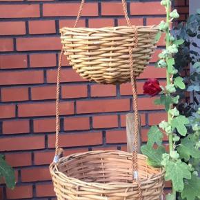 Ophæng til planter. To kurve i pileflet og ophængt i reb. Total højde 112 cm. Lille kurv højde 15 cm, diameter 27 cm. Stor kurv højde 20 cm, diameter 35 cm. Fin stand, fin patina. Urtepotteskjuler, kurv, planteophæng