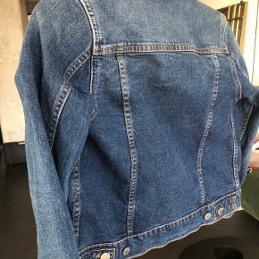 Fin jakke fra levis som er blevet for lille til min datter. Sælges billigt til 150kr.  Kan afhentes på Islands Brygge eller fragtes til Østerbro