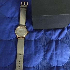Dameur, Marc by Marc Jacobs  Model: MBM1266, Brunt/Gråt armbåndsur, damemodel, med stor urskive  Nærmest ikke brugt. Sælges med original æske