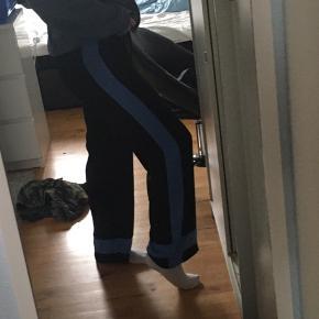 Bukser som både kan passes af xs, s og m da der er elastik i livet og er oversized. Jeg bruger str s-m og er 166 høj. Meget dejligt materiale og rigtig rare at have på:)