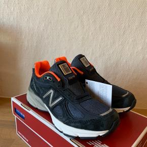 Sælger disse flotte New Balance 990v4 i en flot mørkeblå/Orange colorway.  Skoen er helt ny med tags. Original kasse medfølger.  Det indvendige mål er 23,5cm